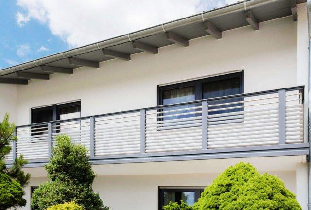 Weißes Einfamilienhaus mit Hecken und Alu Design Barcelona Balkon