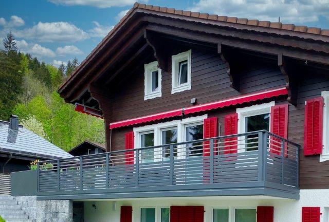 Rustikales Landhaus mit modernem Alu Design Cordoba Balkongeländer