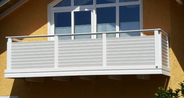 Sichtschutzbalkon mit waagrechten, schräg gestellten Latten als Füllung und Edelstahl Handlauf - Alubalkon Alu Design Villach