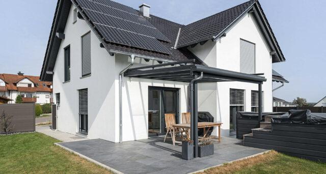 Modernes Einfamilienhaus mit Terrassenüberdachung