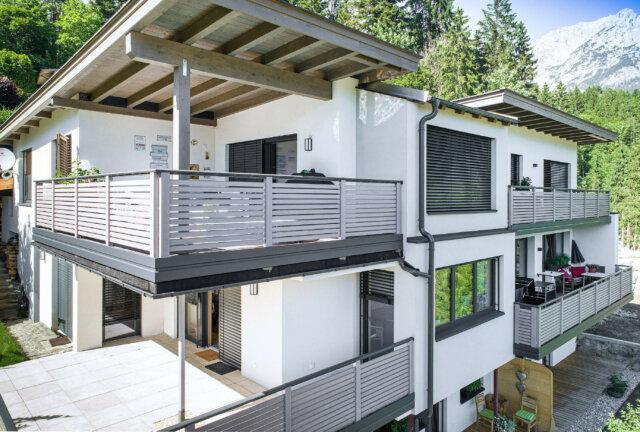 Modernes Balkongeländer mit Querlattung und Edelstahl-Handlauf - Alubalkon Alu Design Granada