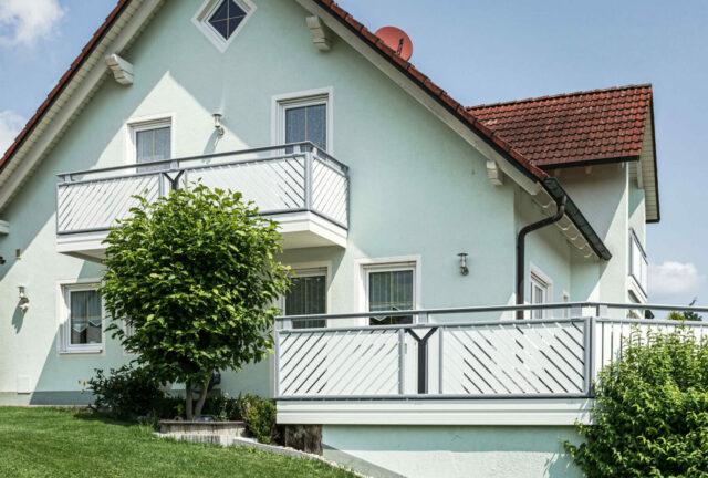 Klassisches Balkongeländer mit diagonalen Latten und Dekor - Alubalkon Alu Select Pisa