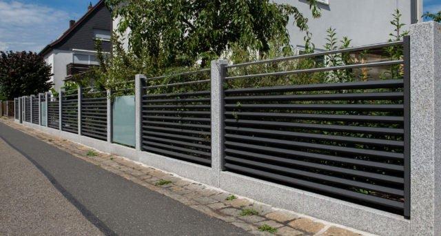 Moderner Zaun aus Aluminium in Schwarz