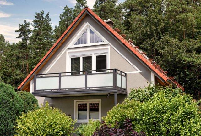 Rotes Hausdach mit gemütlichem Anbaubalkon