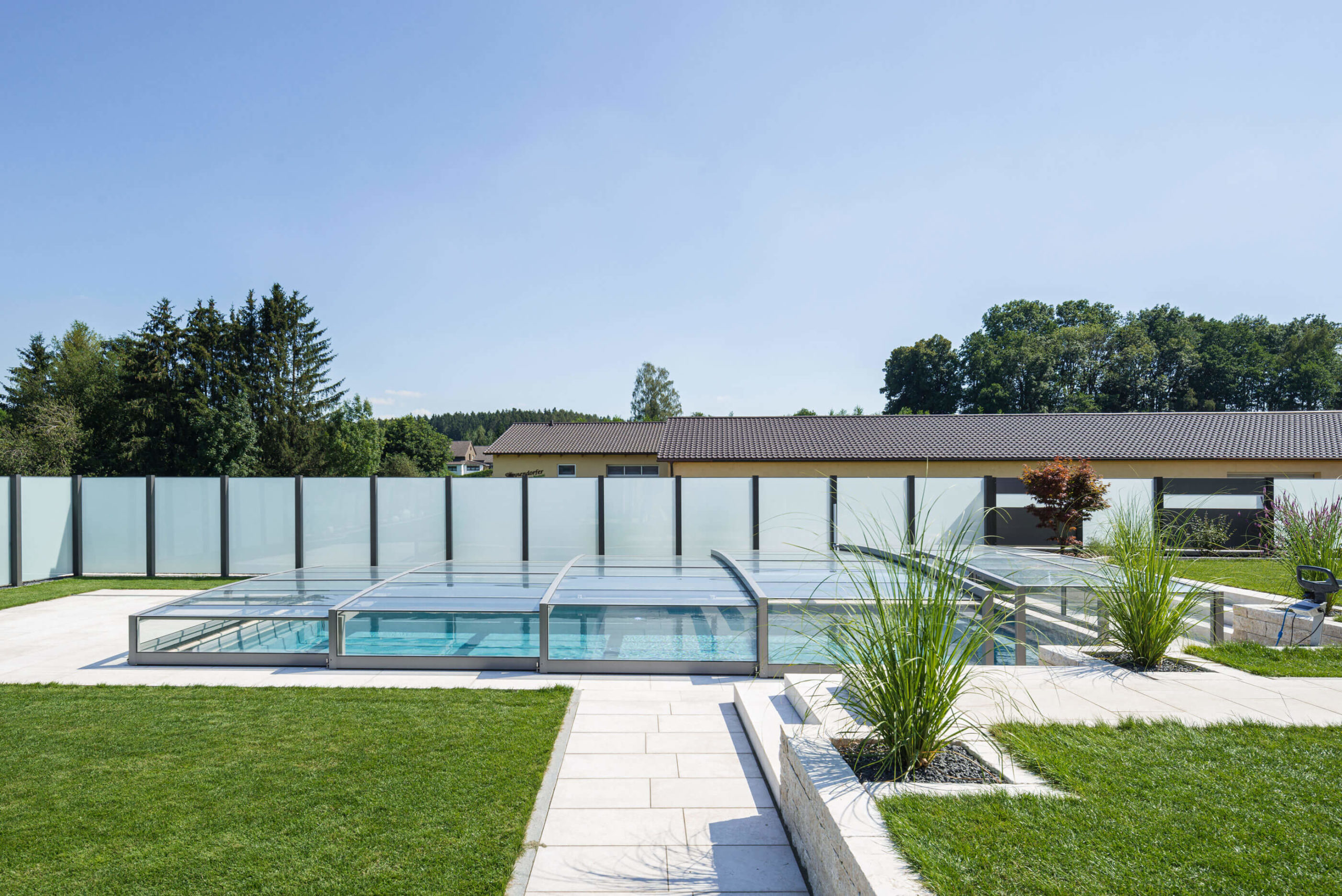 Moderner Gartenpool mit Glasüberdachung und Aluzaun Nizza