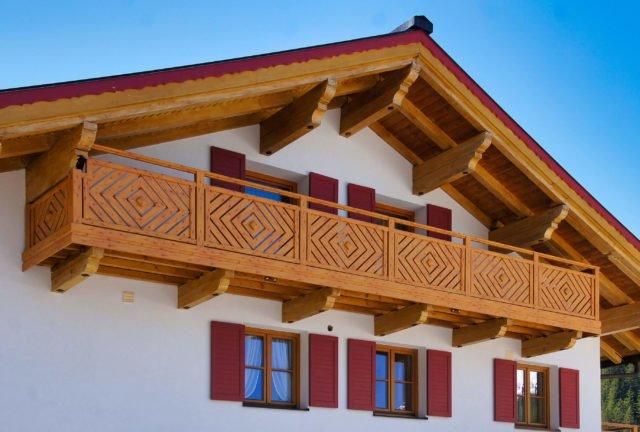 Einfamilienhaus im Alpenstil mit Alu Classic Kassel Balkongeländer in Holzoptik