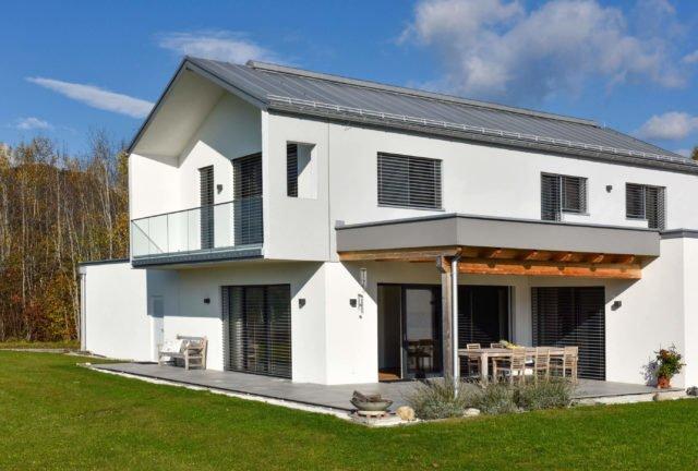 Modernes Einfamilienhaus mit Alubalkongeländer Pure